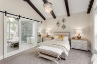 Manželská posteľ v bielej romantickej spálni