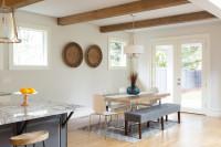 Dlhý jedálenský stôl s lavicou a bielymi stoličkami