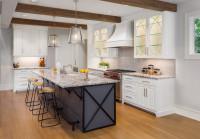 Barové stoličky bez operadla v klasickej bielej kuchyni