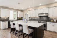 Biele jedálenské stoličky vo veľkej klasickej kuchyni