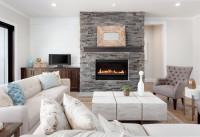 Luxusná obývačka s krbom a bielou sedačkou