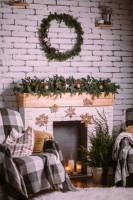 Kreslá pri krbe s vianočnou výzdobou vo vidieckom štýle