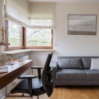 Písací stôl a sivá pohovka v modernej pracovni