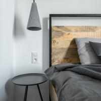 Manželská posteľ v industriálnom štýle