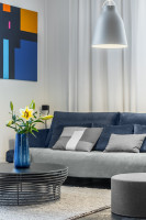 Okrúhly stolík a sivá moderná pohovka