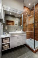 Kúpeľňová skrinka s umývadlom a drevom obložený sprchový kút