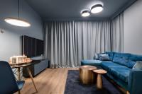 Modrý gauč v elegantnej modernej obývačke