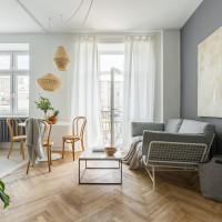 Sivá pohovka a konferenčný stolík v škandinávskej obývačke