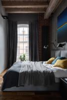 Čalúnená manželská posteľ v industriálnej spálni
