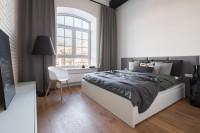 Manželská posteľ s úložným priestorom v sivo bielej industriálnej spálni
