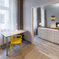 Písací stôl a žltá stolička v modernej pracovni