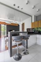 Sivé barové stoličky v priestrannej kuchyni