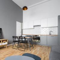 Jedálenský stôl a skladacie stoličky v malej škandinávskej kuchyni