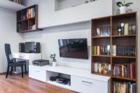 Pracovný kút v modernej obývačke v kontrastných farbách
