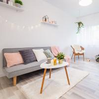 Sivá pohovka a okrúhly konferenčný stolík v škandinávskej obývačke