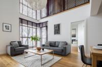Sivá pohovka a kreslo v modernej obývačke