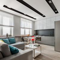 Rohová pohovka v modernej obývačke s kuchyňou