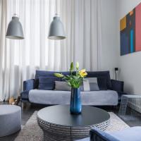 Modrá váza v sivej modernej obývačke