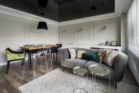 Sivá pohovka a kovové konferenčné stolíky v modernej obývačke