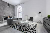Moderná pohovka v elegantnej sivo bielej obývačke