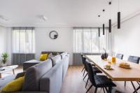 Moderná obývačka so sivou pohovkou a jedálenským stolom