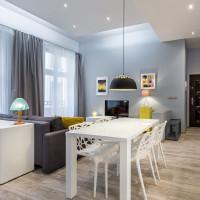 Biely jedálenský stôl a plastové stoličky v modernom byte