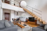 Moderná obývačka s výškou cez dve podlažia