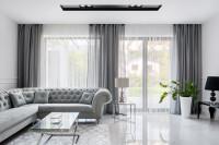 Rohová pohovka v sivej romantickej obývačke