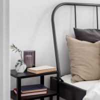 Nočný stolík a posteľ s kovovým rámom