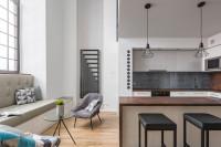 Priestranná moderná kuchyňa s pohovkou pod oknom