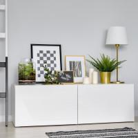 Minimalistická biela komoda s dekoráciami