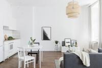 Jedálenský stôl pre dvoch vo svetlej obývačke s kuchyňou