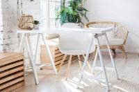 Biela stolička a písací stôl vo svetlej boho pracovni