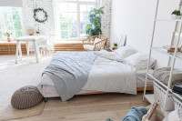 Veľká manželská posteľ v bielej boho spálni