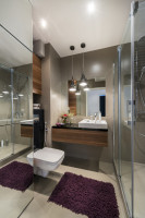 Moderná kúpeľňa v sivých tónoch s drevenými detailami