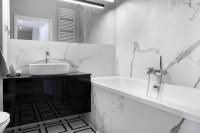 Moderná kúpeľňa v čiernobielej kombinácii