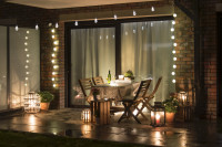 Drevený záhradný nabytok na terase s dekoračným osvetlením