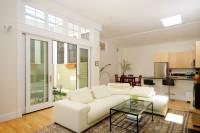 Biela rohová pohovka v modernej obývačke