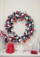 Vianočný veniec a dekorácie v červeno-bielej farebnosti