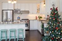 Biela kuchynská linka s profilovanými dvierkami a vianočný stromček v klasickom štýle