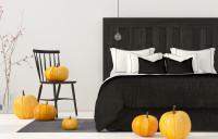 Čierna manželská posteľ v spálni s jesennými dekoráciami