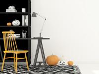 Písací stôl a žltá stolička v pracovni s jesennými dekoráciami