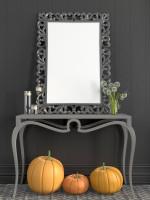 Sivý odkladací stolík a barokové zrkadlo s jesennými dekoráciami