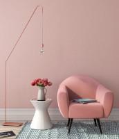 Kreslo a okrúhly odkladací stolík v ružovej obývačke