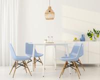 Okrúhly stôl a modré stoličky v bielej jedálni
