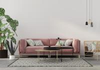 Ružová pohovka a kovové stolíky v glamour obývačke