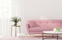 Ružová pohovka a okrúhle stolíky v minimalistickej obývačke