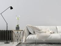 Minimalistická pohovka a čierna stojanová lampa