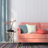 Ružová pohovka a kovový stolík v romantickej obývačke