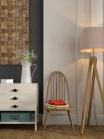 Elegantná drevená stolička a stojanová lampa s látkovým tienidlom